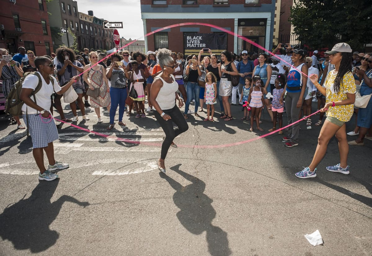 Kahdella hyppynarulla hyppimistä New Yorkin Brooklynissa elokuussa 2016.