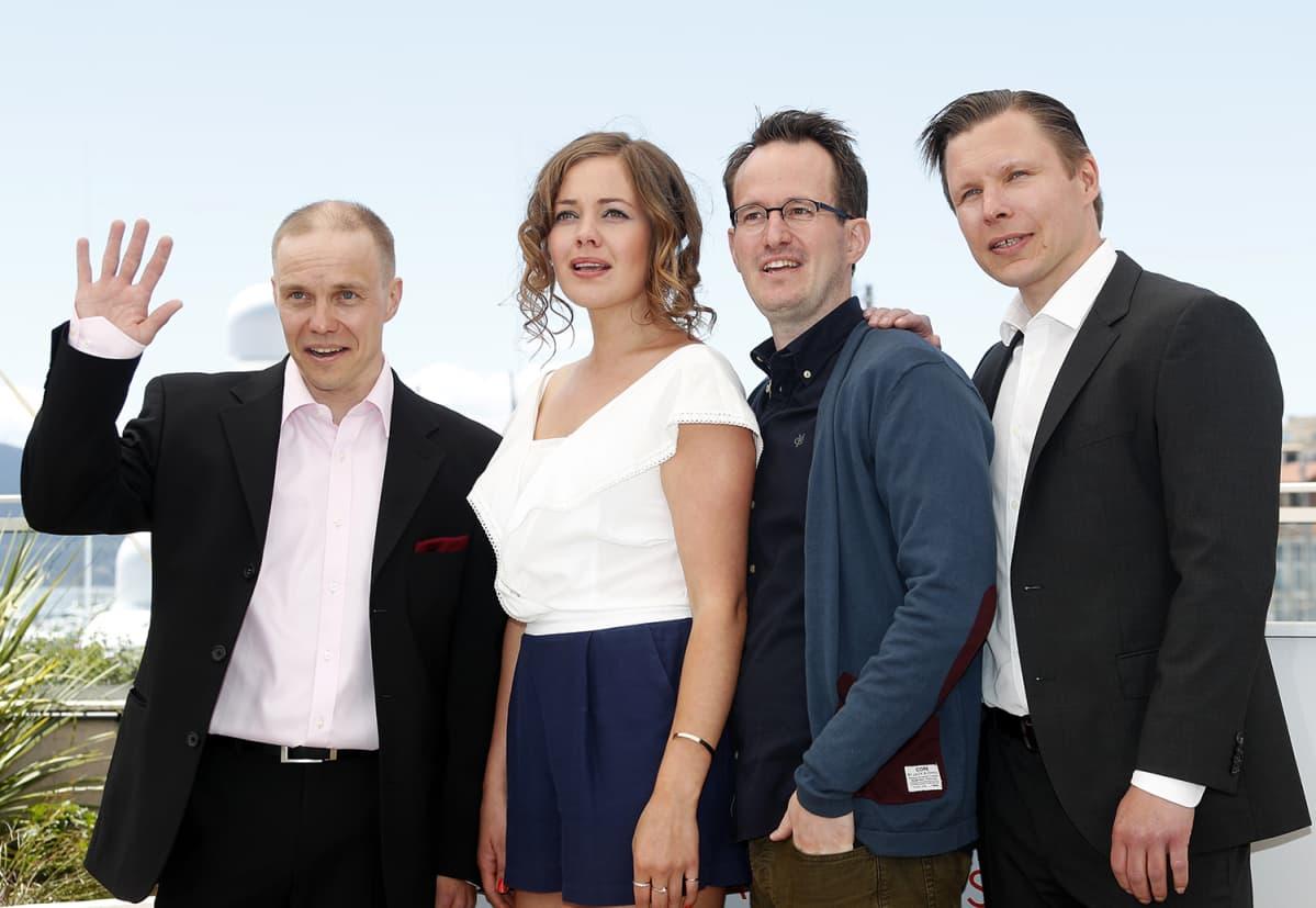 Jarkko Lahti (vas.), Oona Airola, Juho Kuosmanen ja Eero Milonoff Cannesin elokuvajuhlilla.