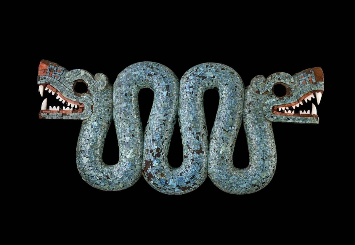 Käärmekoru, jolla on pää sekä päässä että hännällä. Suussa on terävät torahampaat.