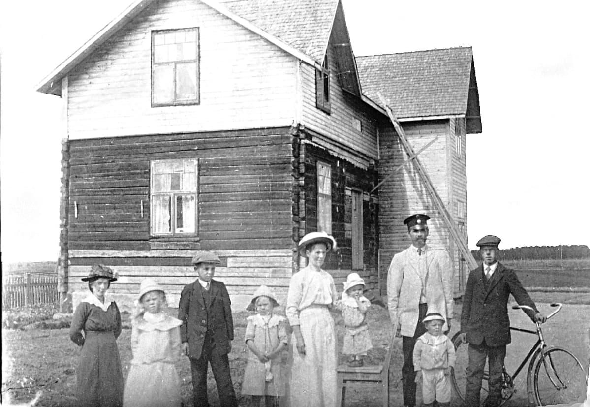 Aino ja Kaarlo Oskari Toivosen perhe vuonna 1917.