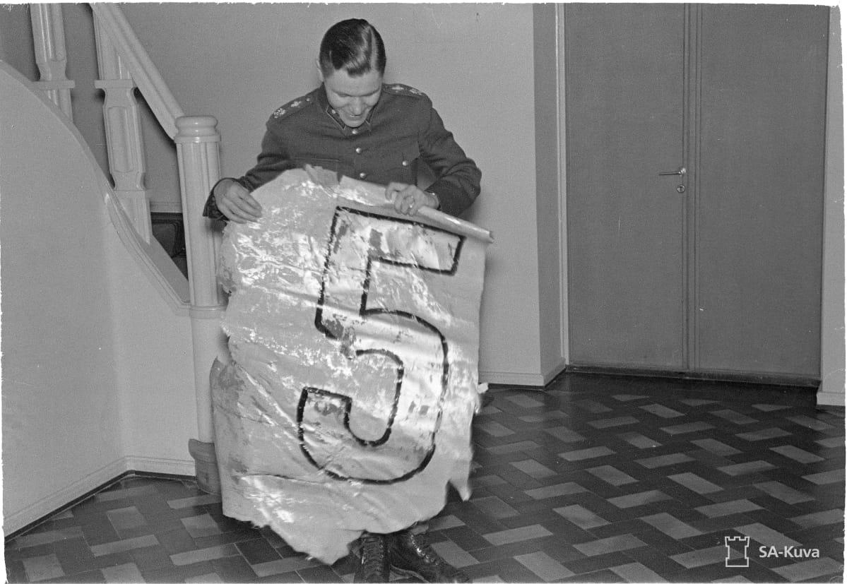 SA-arkiston kuva, jossa Jorma Sarvanto esittelee neuvostokoneen osaa.