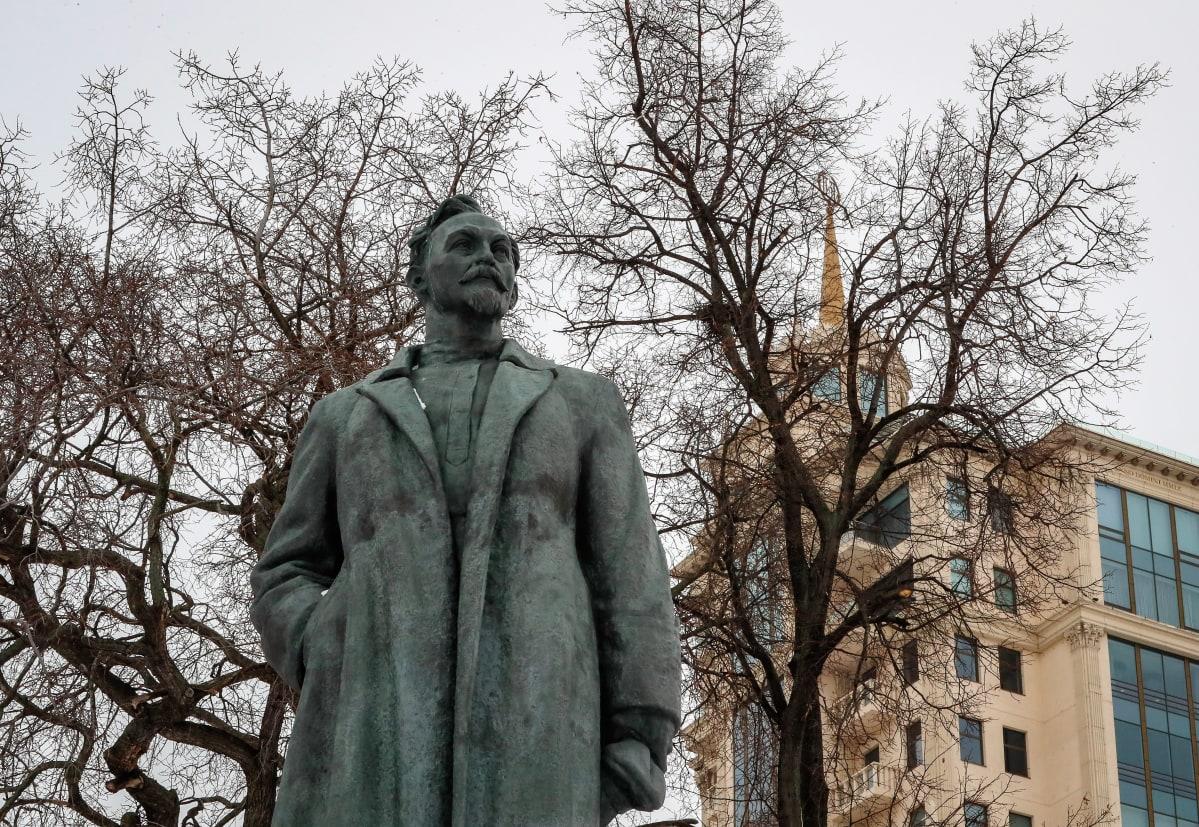Dzeržinskin patsas. Taustalla näkyy lehdettömiä puita ja tornimainen kerrostalo.