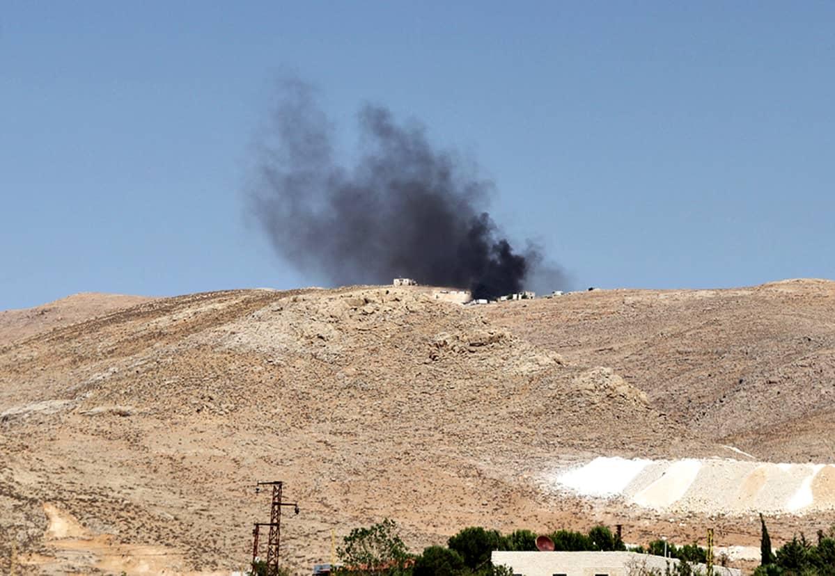 Savu nousee Libanonin armeijan kasarmista Arsalin kaupungissa.