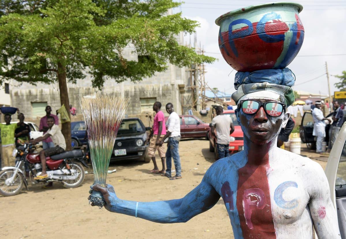 Muhammadu Buharin APC-puolueen kannattaja odotti vaalien tuloksia Abujan-kylässä Nigeriassa 30. maaliskuuta.