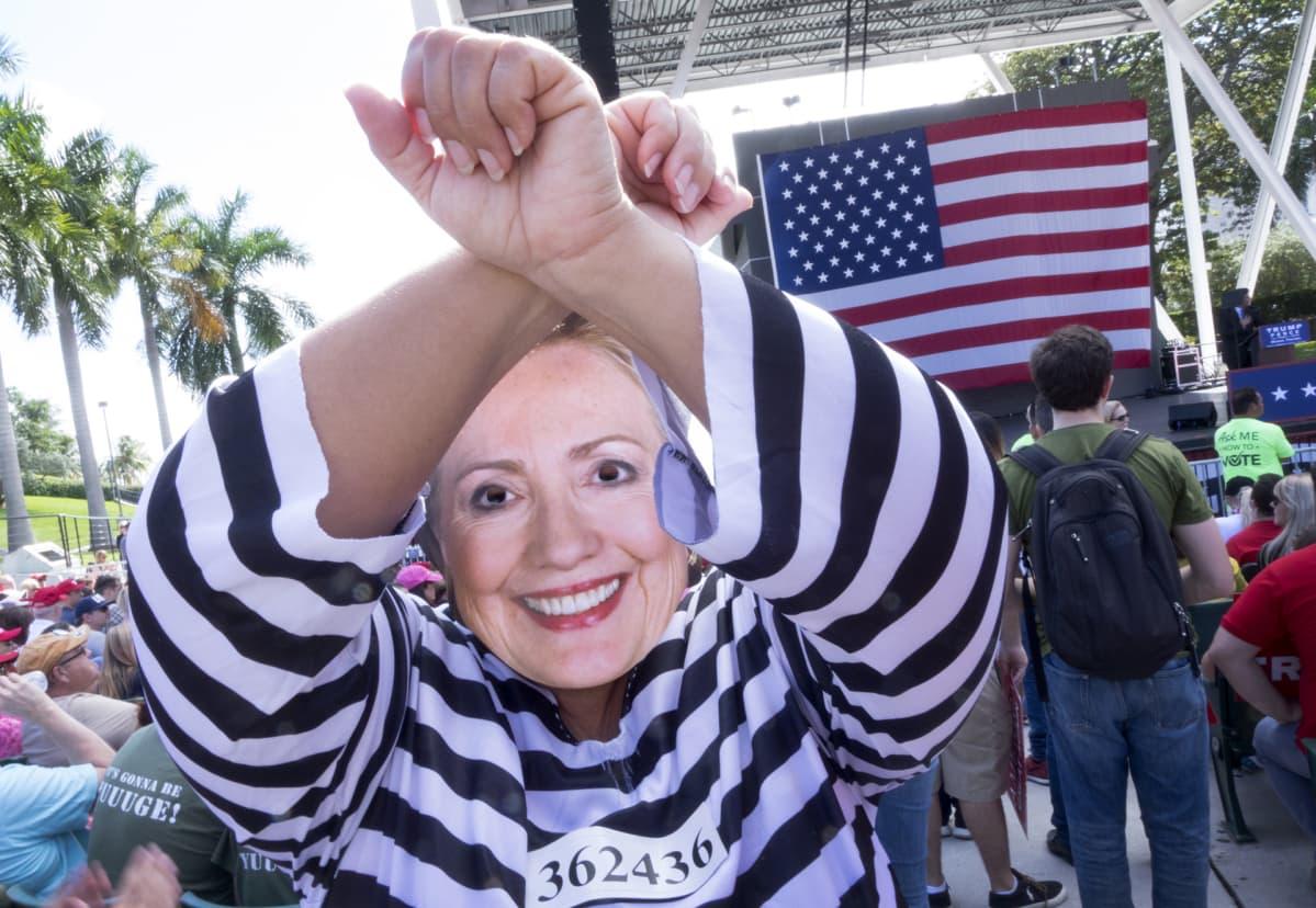 Trumpin kannattaja puheutuneena vangituksi Hillary Clintoniksi Trumpin vaalitilaisuudessa Miamissa marraskuussa 2016.