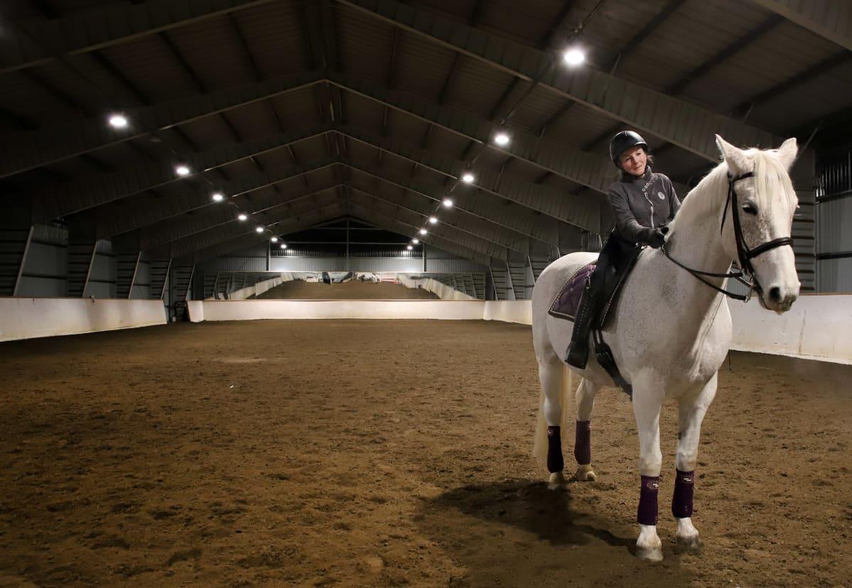 Sanna Ksokiluhta hevosen selässä