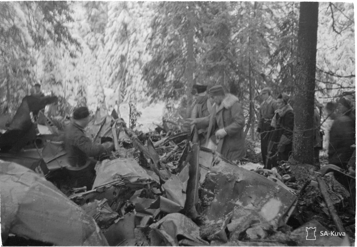 SA-arkiston kuva, jossa Luutnantti Sarvannon alasampuma kone Myllykoskella.