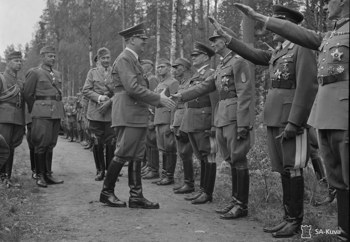 Adolf Hitleri kättelee kenraalieversti Eduard Dietliä.