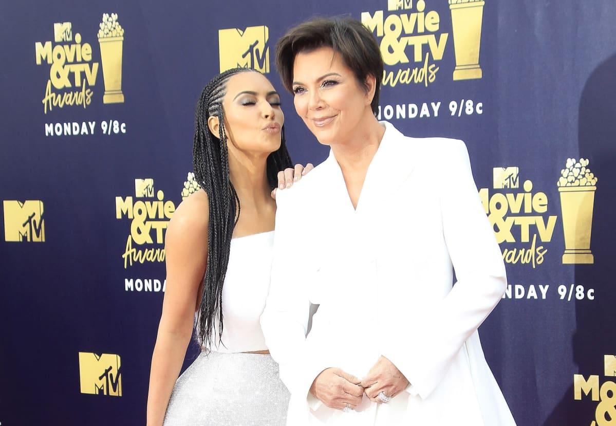 Kim Kardashian (vas.) ja hänen äitinsä Kris Jenner.