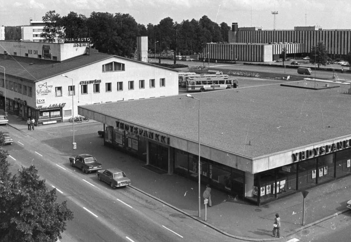 mustavalkokuva Kouvolan keskustasta 1970-luvun alusta, Yhdyspankin talo, vanha linja-autosema ja virastotalo