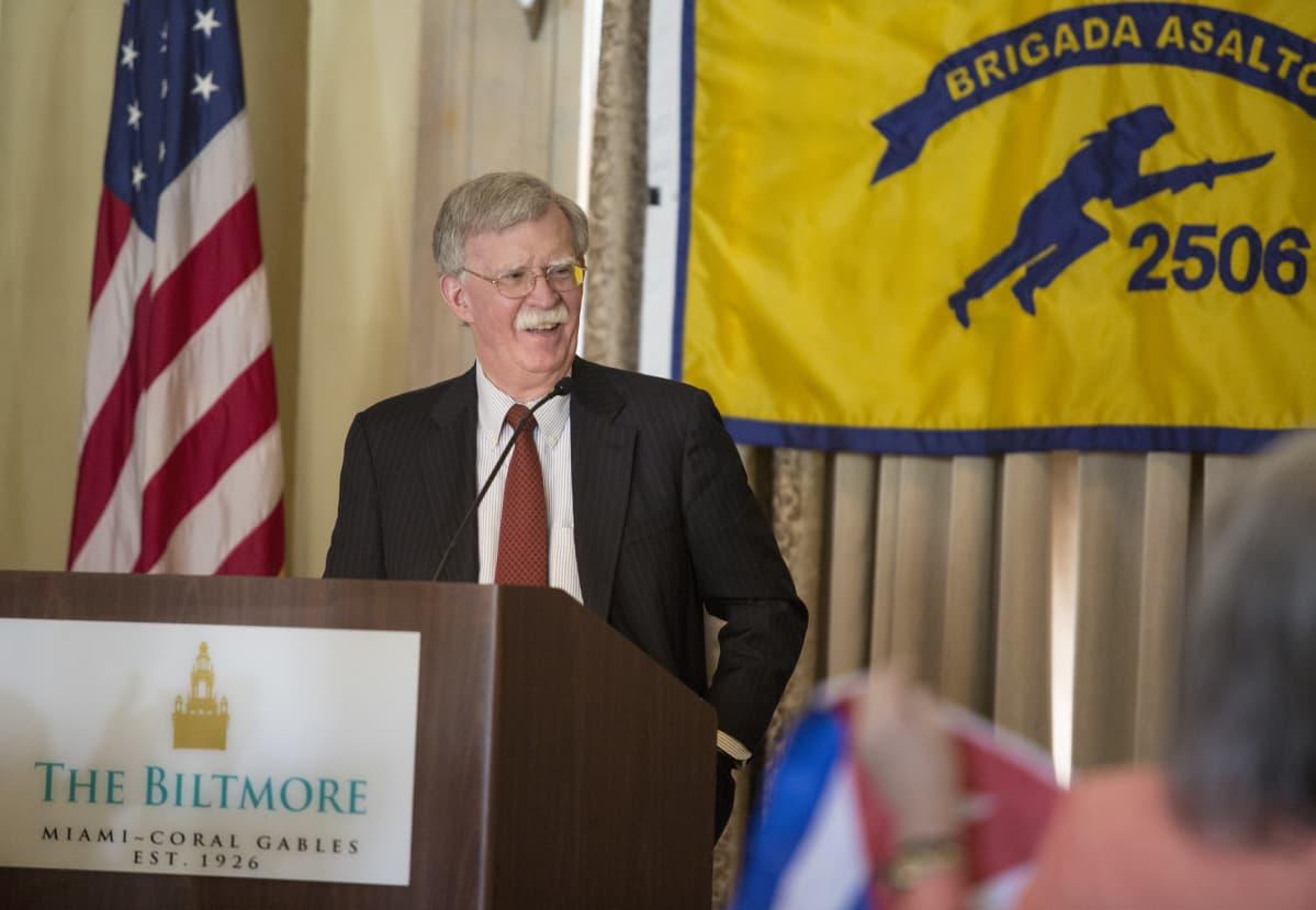 Presidentti Donald Trumpin turvallisuusneuvonantaja John Bolton puhui Sikojenlahden veteraanien tilaisuudessa Miamissa keskiviikkona.
