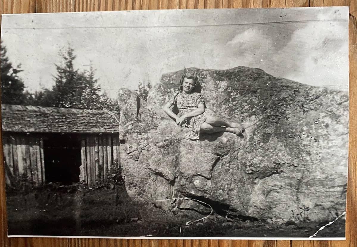 Kaarina Karlsson  Rautjärven kotinsa pihakivellä.