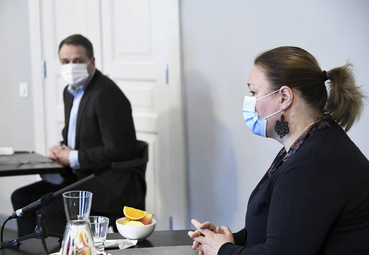 Perhe- ja peruspalveluministeri Krista Kiuru politiikan toimittajien järjestämässä koronadebatissa.