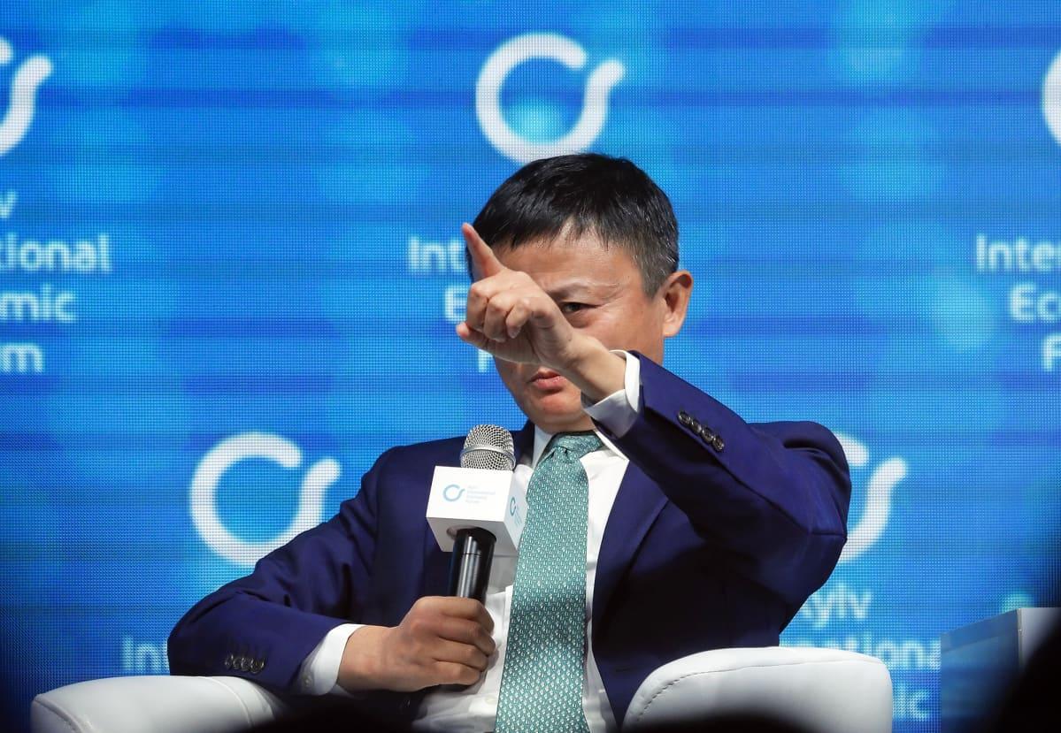 Jack Ma talousfoorumin lavalla.
