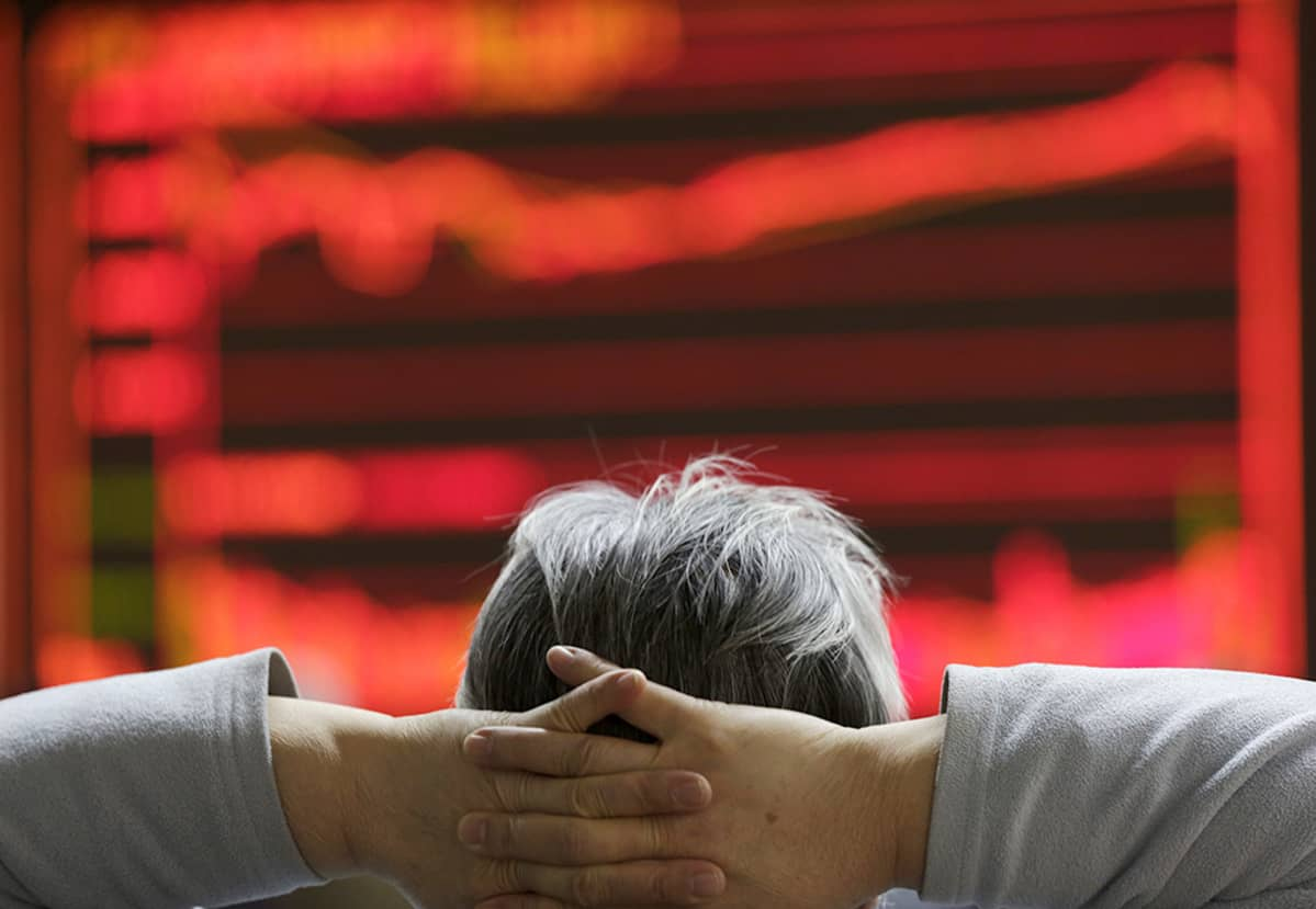 mies katselee pörssikäyrää