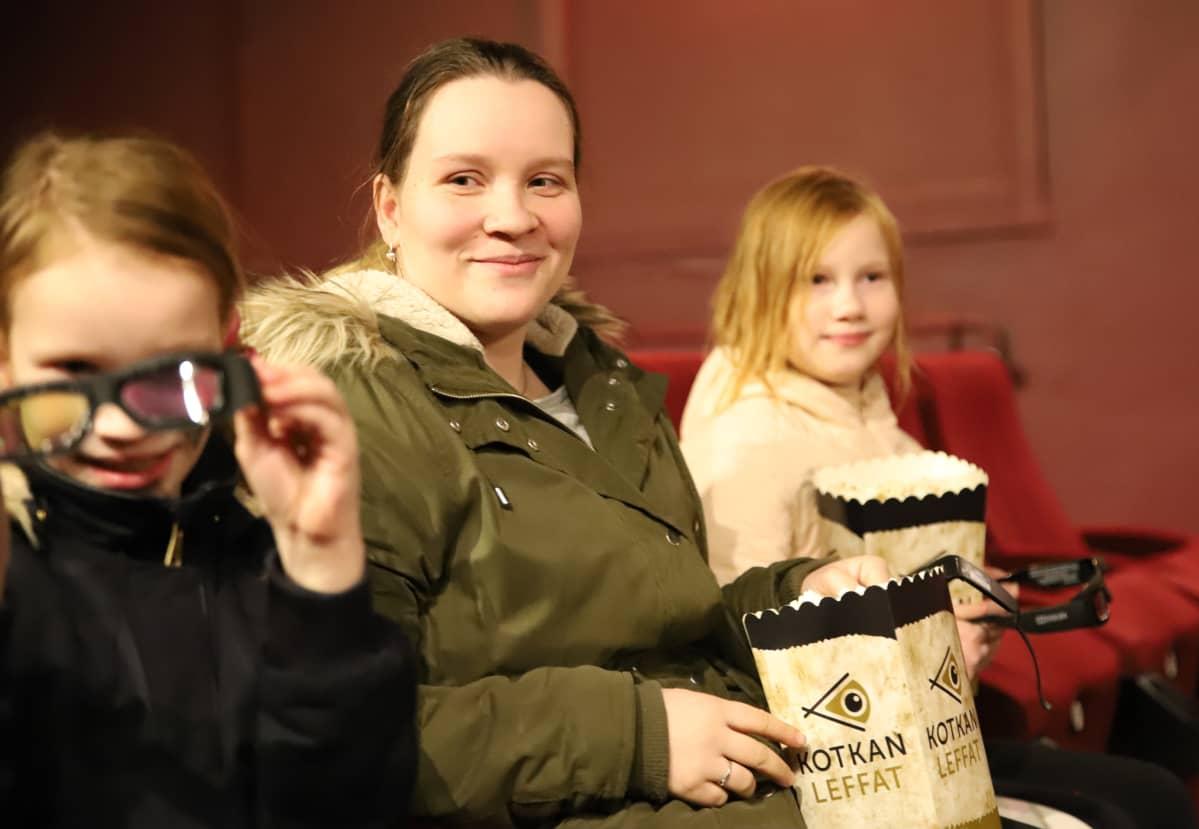 perhe odottaa elokuvan alkua
