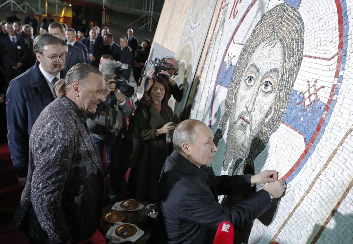 Vladimir Putin viimeistelee uskonnollisen mosaikkiteoksen.