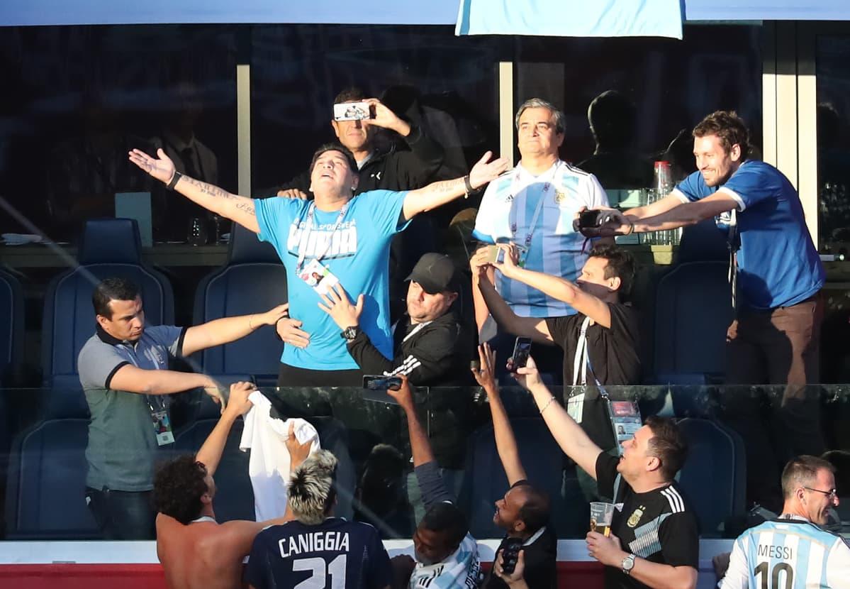 Maradona herätti pelin aikana huomiota katsomossa riehakkaalla käytöksellään.