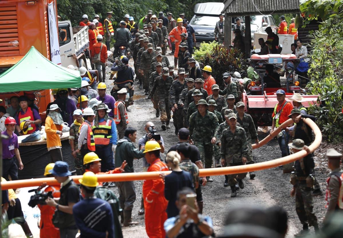 Pelastajia Tham Luangin luolaston lähellä