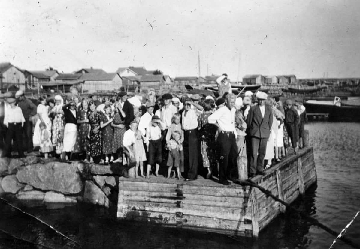 Tytärsaarelaisia sataman laiturilla 1937.