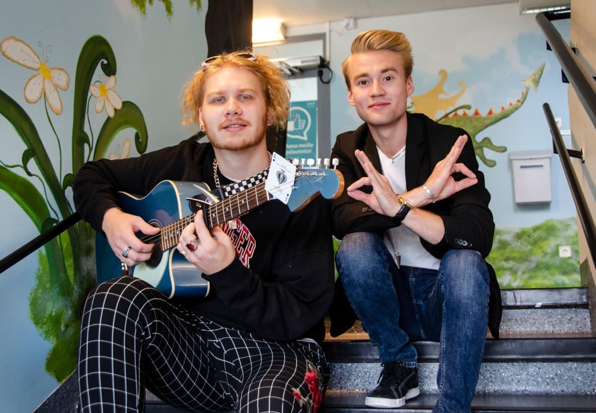 Aatu Itkonen ja Aleksanteri Hakaniemi esiintymässä Kymenlaakson keskussairaalassa.