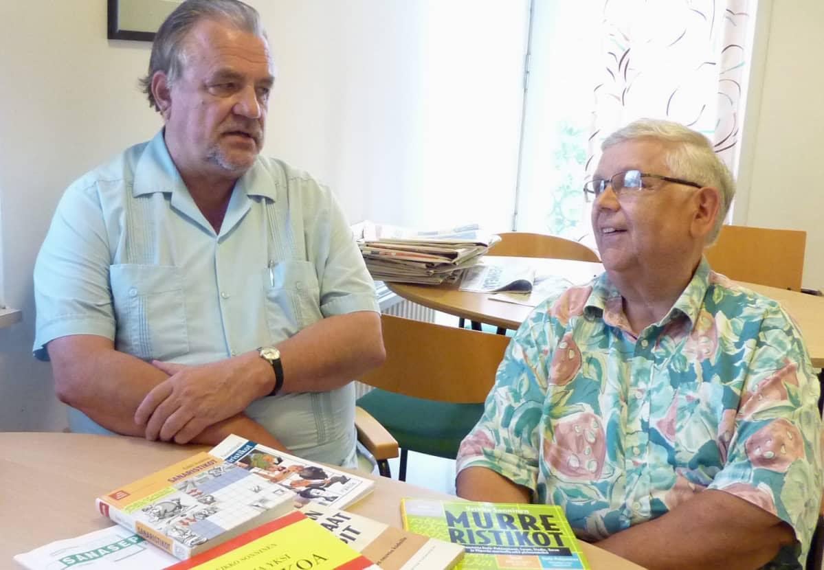 Kirjaporvari Veikko Sonninen ja rovasti Pekka Harne ovat todellisia ristikkoihmisiä.