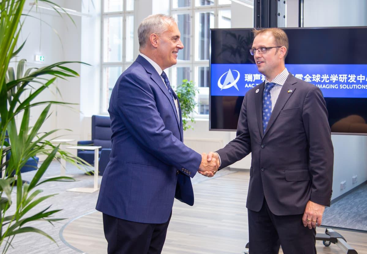 AAC:n Amerikoiden ja Euroopan toimintoja johtava David Plekenpol (vas.) ja Business Tampereen asiakkuusvastaava Oliver Hussey ovat tehneet tiivistä yhteistyötä.