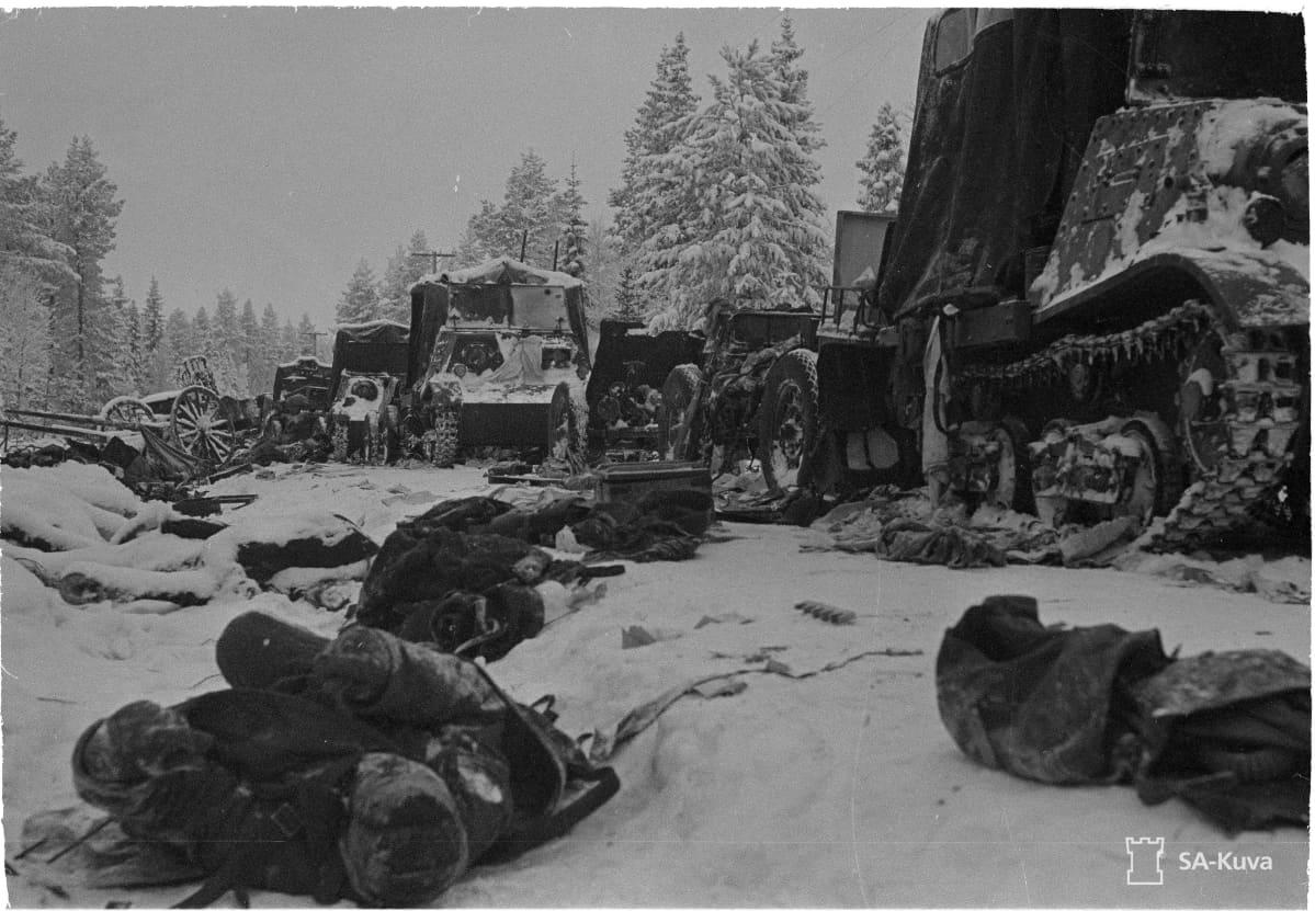 Sotasaalista ja kaatuneita Raatteen tiellä