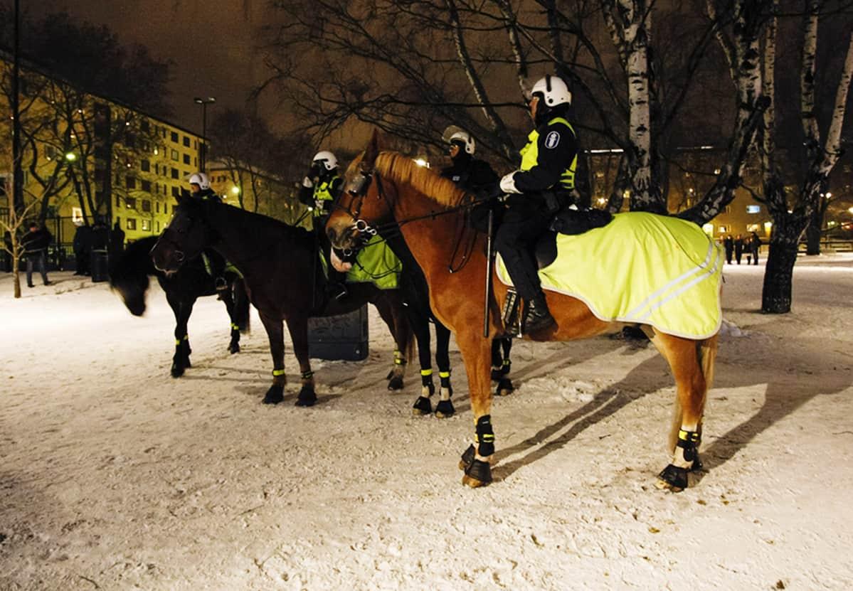 Ratsupoliisit valmiudessa kiakkovieraiden mielenosoituksen varalta Tampere-talon edustalla Tampereella itsenäisyyspäivänä 6. joulukuuta.