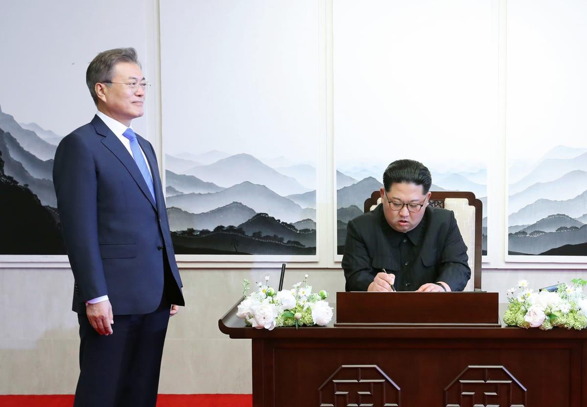 Moon Jae-in ja Kim Jong-un  tapaavat Panmunjomissa.