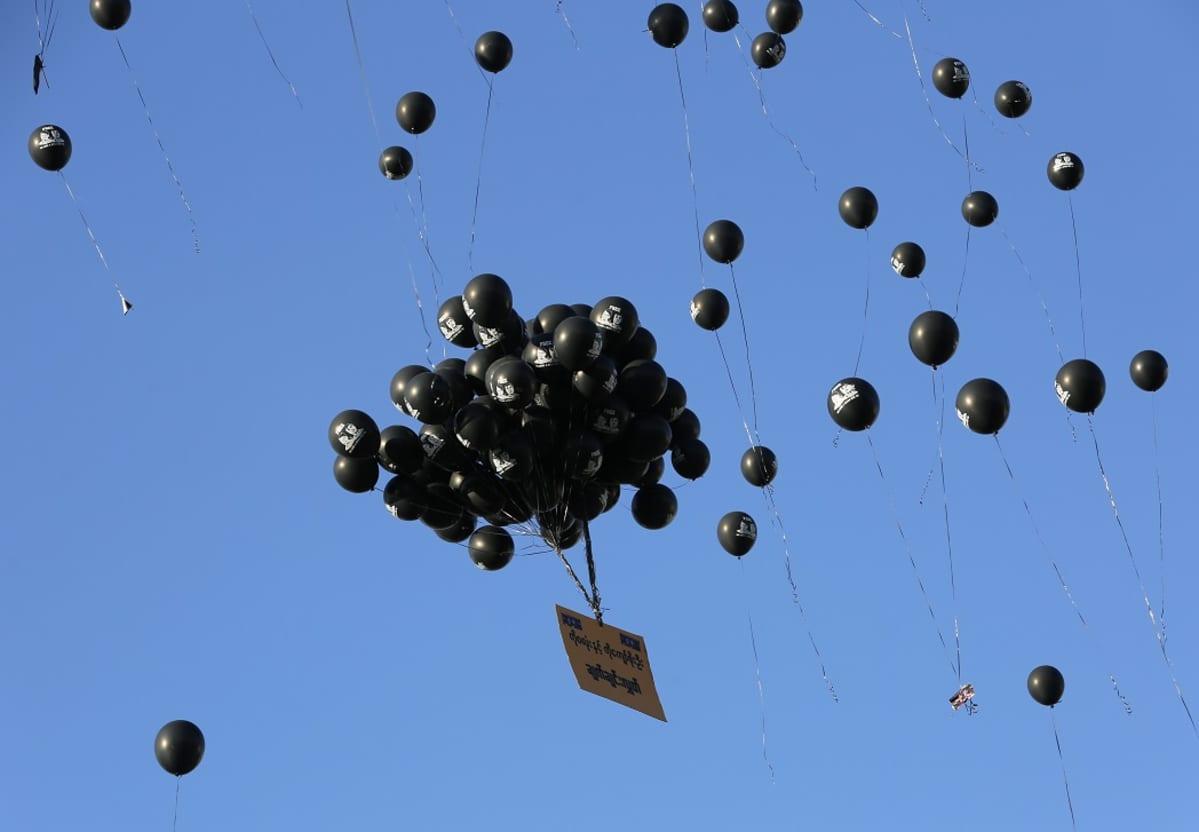 Mustia imlapalloja nousee taivaalle.