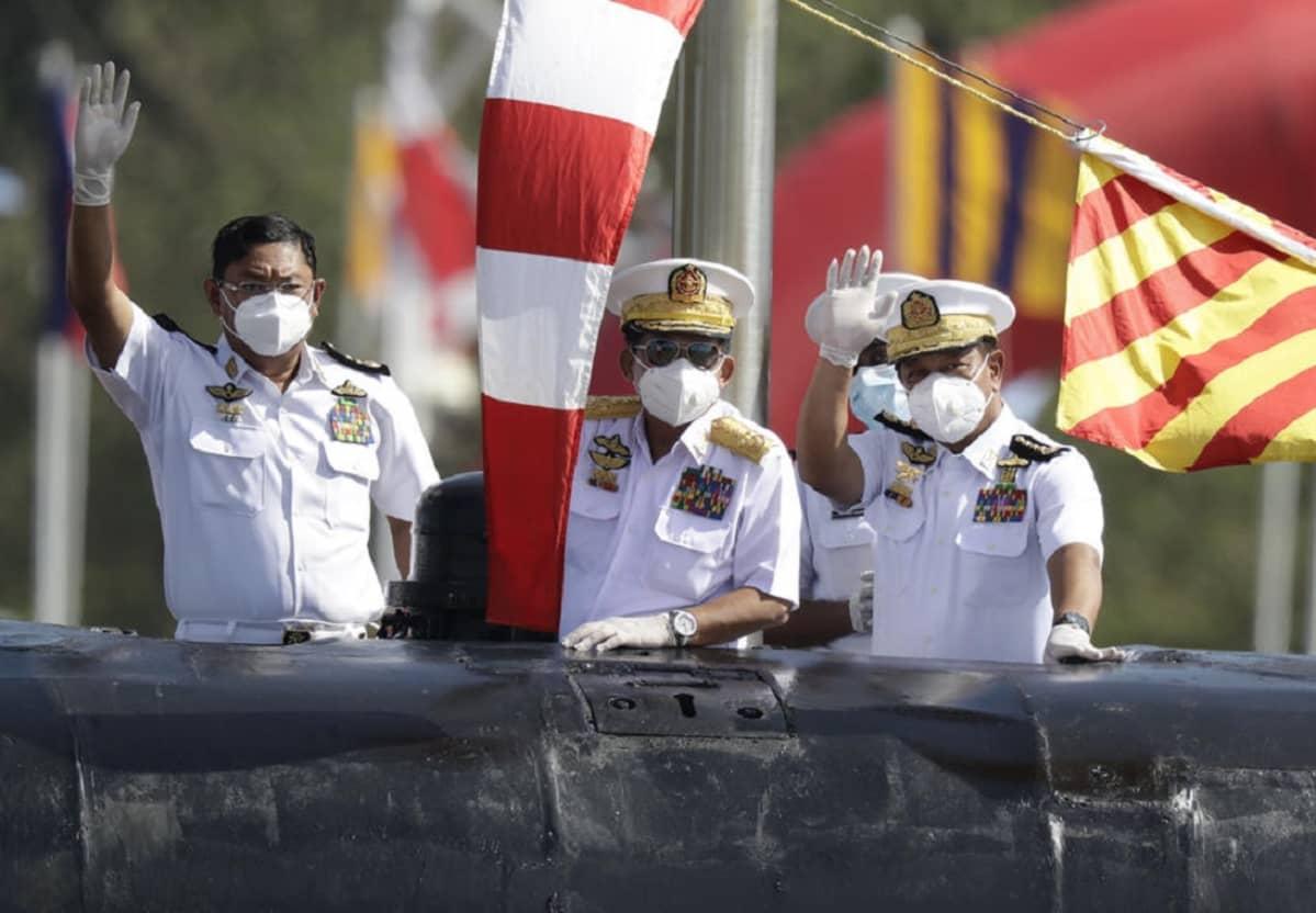 Kuvassa keskellä oleva kenraali Min Aung Hlaing johti vallankaappausta. Kuva on otettu viime joulukuussa järjestetyn paraatin yhteydessä. Min Aung Hlaing lisäksi kaksi muuta sotilasta heiluttaa kuvassa kättään.