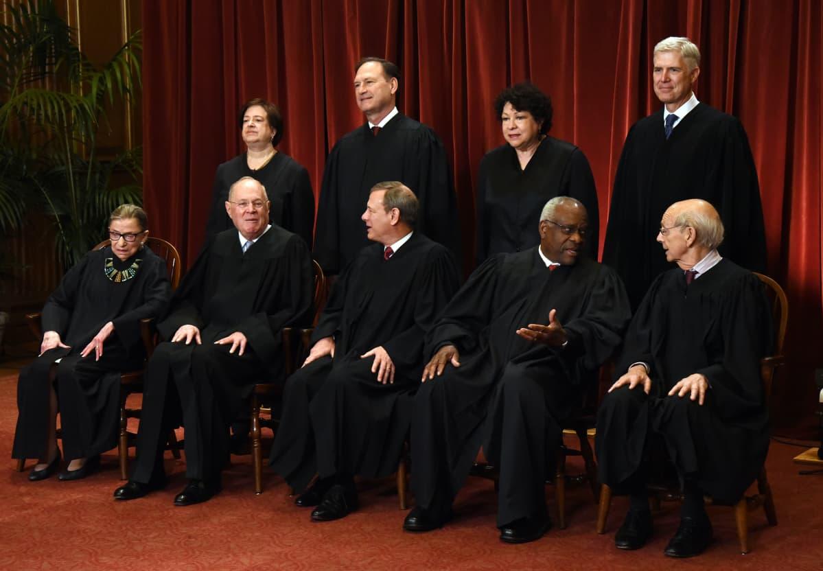 Yhdysvaltain korkeimman oikeuden tuomarit ryhmäkuvassa vuonna 2017.