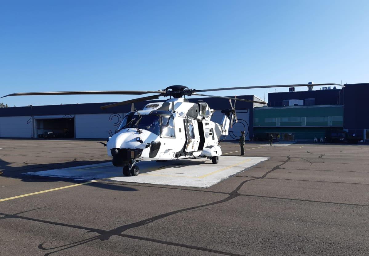 Puolustusvoimien NH90-helikopteri valkoisessa värissä