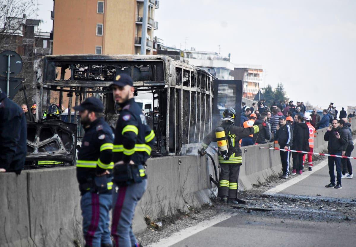 Kuskin tuleen sytyttämä bussi sammutustöiden jälkeen 20. maaliskuuta.