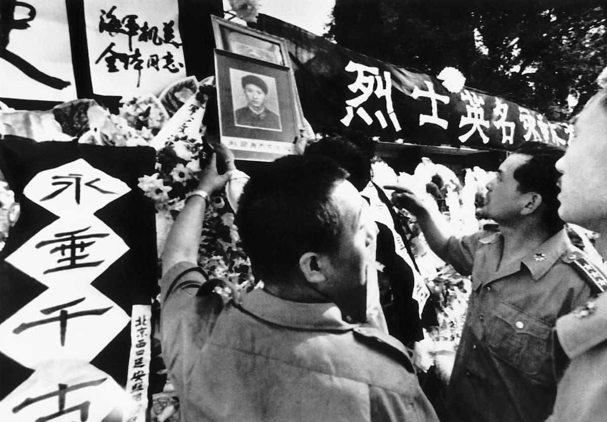 Tiananmenin aukion lähelle perustettu muistomerkki.