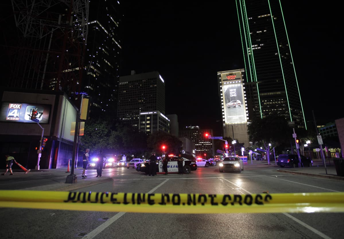 Poliiseja poliisien sulkunauhan takana Dallasissa.