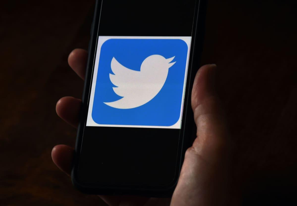 Twitterin logo älypuhelimen ruudulla.