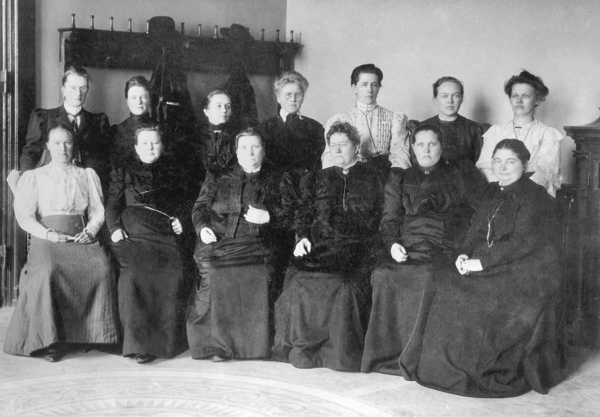 Ensimmäiset naiskansanedustajat ryhmäkuvassa