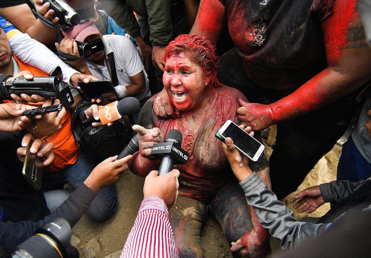 Patricia Arce, Bolivian Vintonin  pormestari puhuu medialle 6. marraskuuta. Arcen kimppuun hyökättiin, suihkutettiin punaista maalia ja hänen hiuksensa leikattiin.