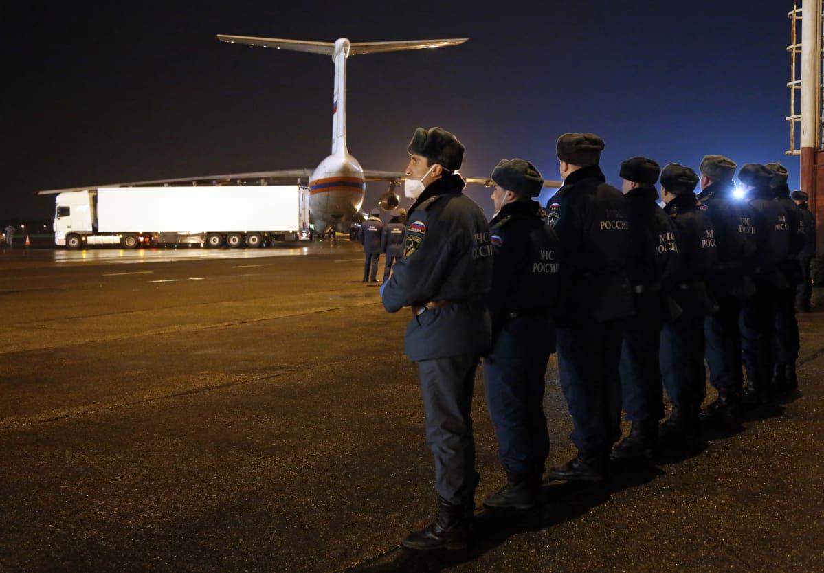 Venäjän hätätilaministeriön työntekijöitä oli vastaanottamassa Egyptissä pudonneen matkustajakoneen uhreja Pietarissa 2. marraskuuta 2015.