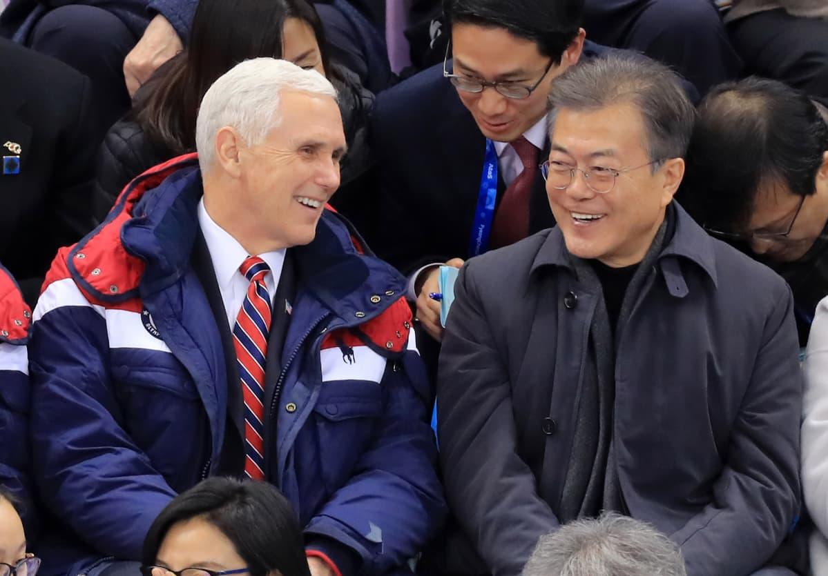 Kuvassa Pence ja Moon nauravat iloisesti ja vapautuneesti.