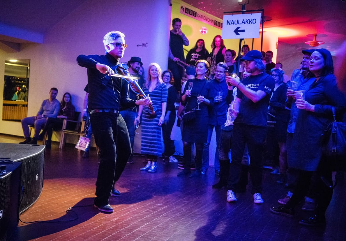 Jimi Python esiintymässä Kulttuuritalon aulassa.