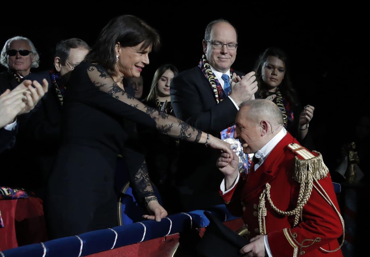 Prinsessa Stephanie, sirkustirehtööri Petit Gougou ja ruhtinas Albert II.