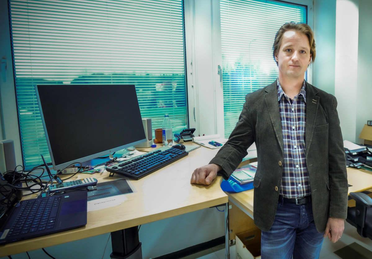 Mäntyharjun tekninen johtaja, Lasse Kurvinen työhuoneessaan.