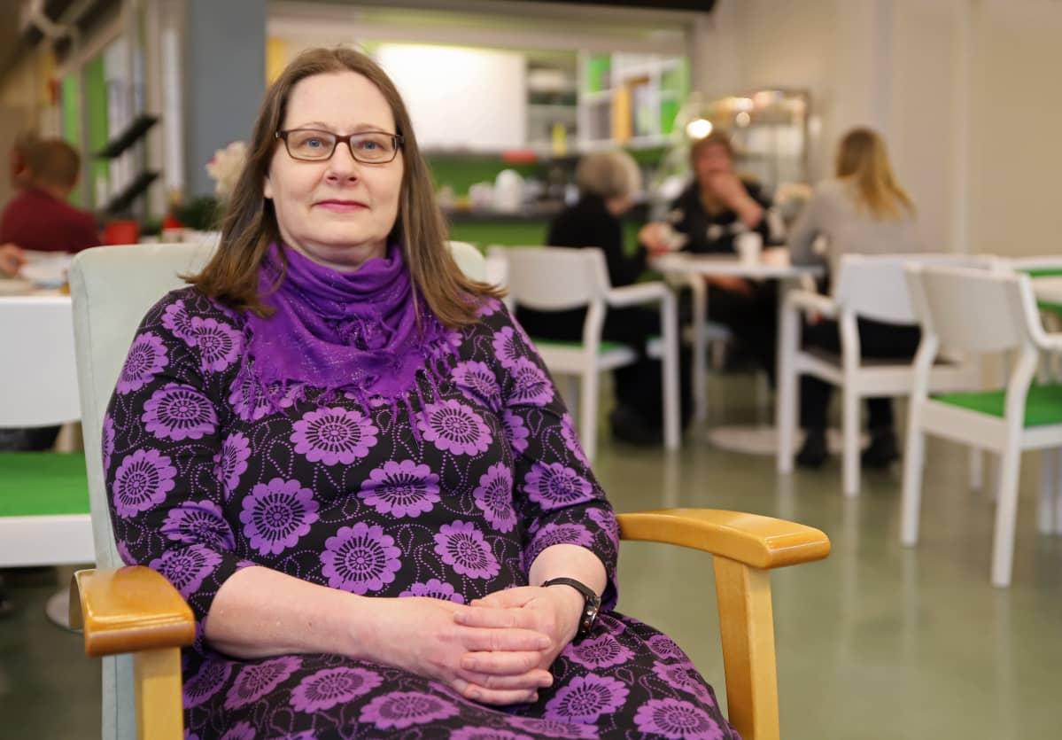 Tina Holmberg-Kalenius istuu tuolissa