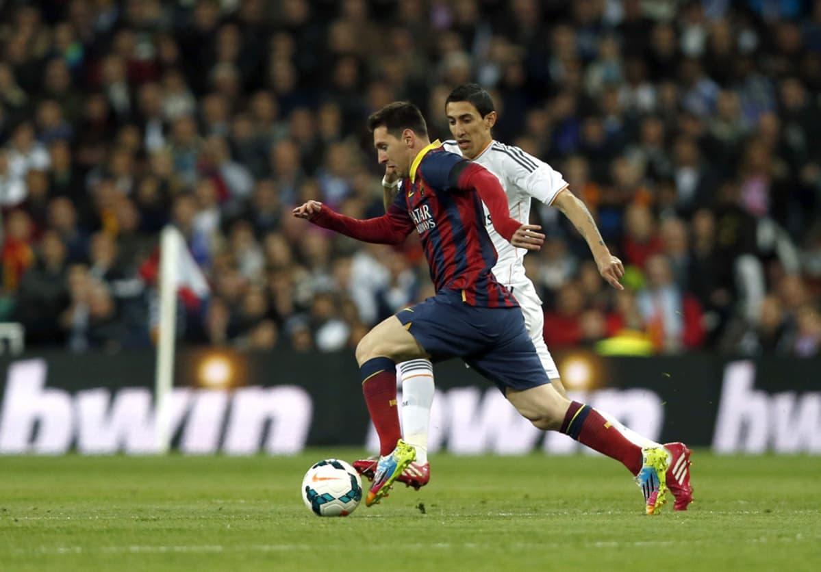 Lionel Messi ja Angel Di Maria taistelevat pallosta