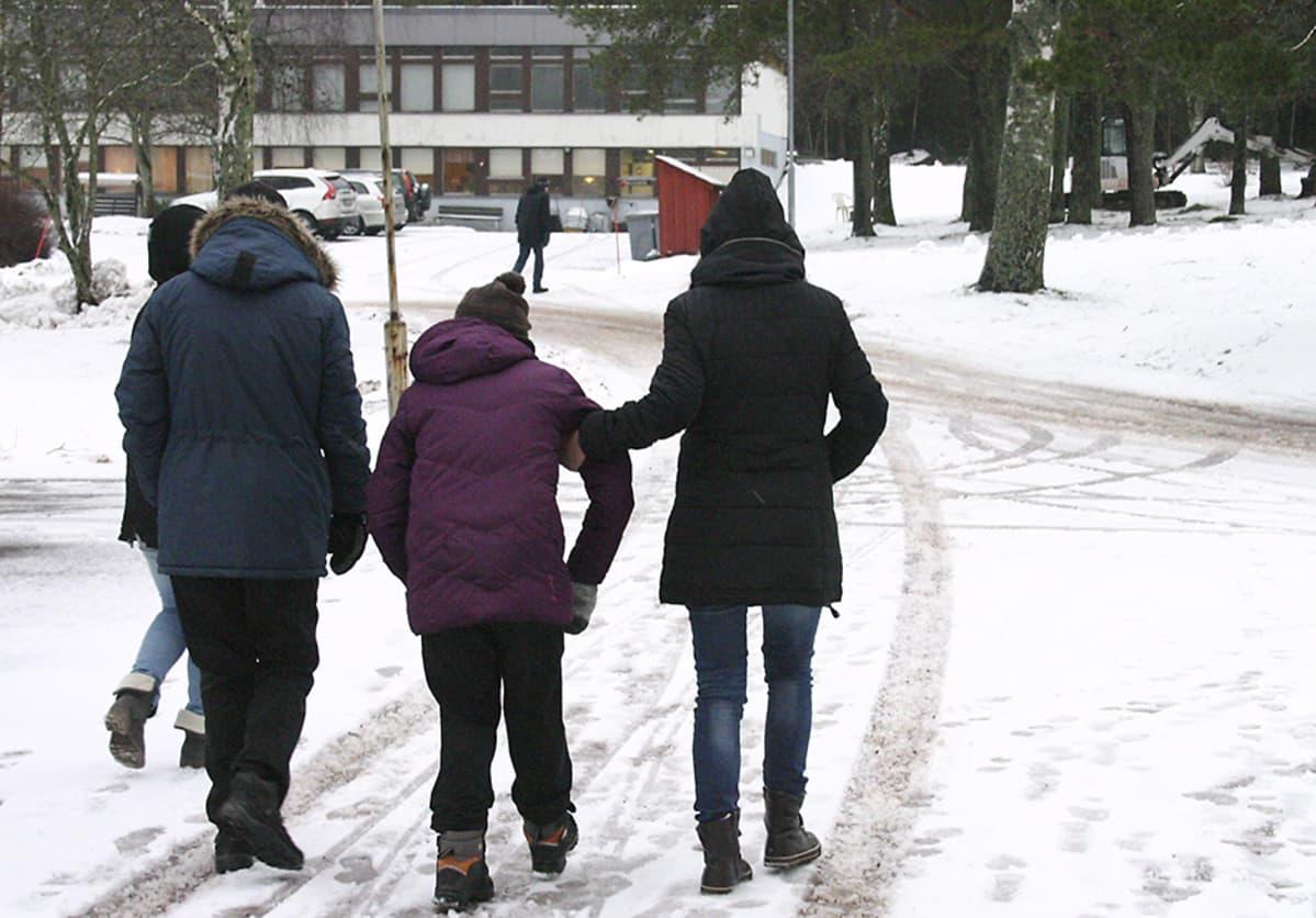 Kehitysvammaisia hoitavan kuntayhtymä Kårkullan asukkaita ja ohjaajia kävelyllä Paraisilla 27. tammikuuta 2015.