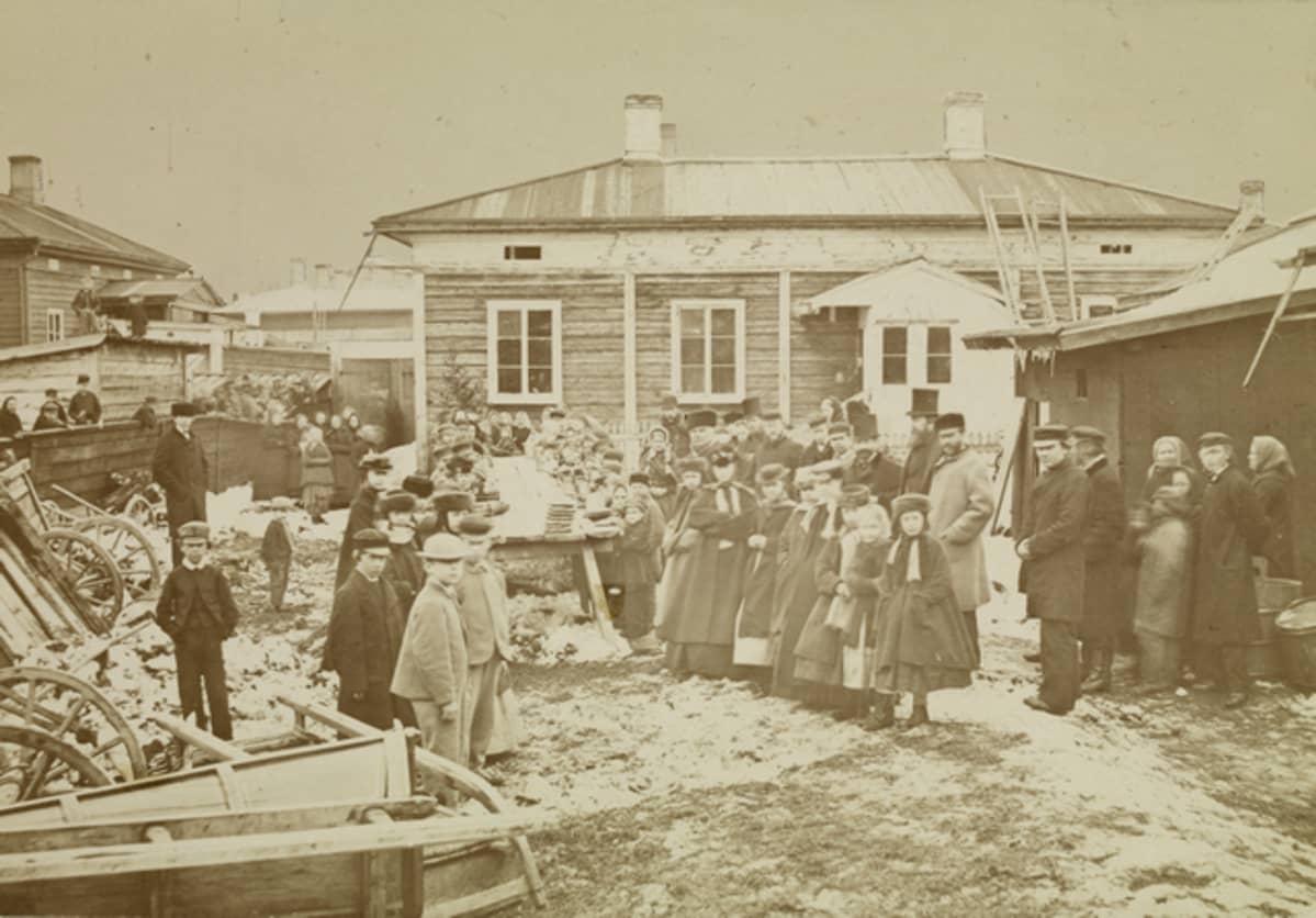 Nälkävuoden 1868 pitkänäperjantaina sadalle köyhälle tarjottu päivällinen.