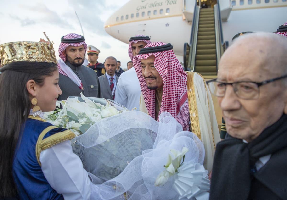 Salman bin Abudl-Aziz toivotetaan tervetulleeksi Tunisiaan.
